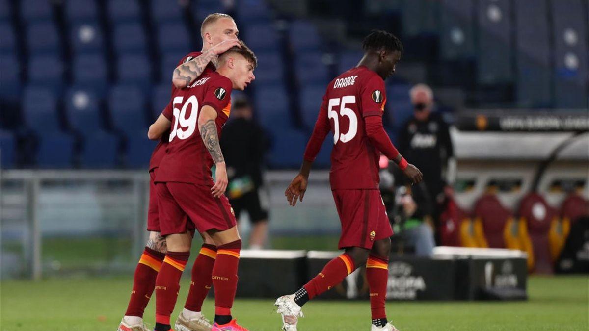 I giocatori della Roma esultano dopo il gol di Zalewski - Roma-Manchester United Europa League 2020-21