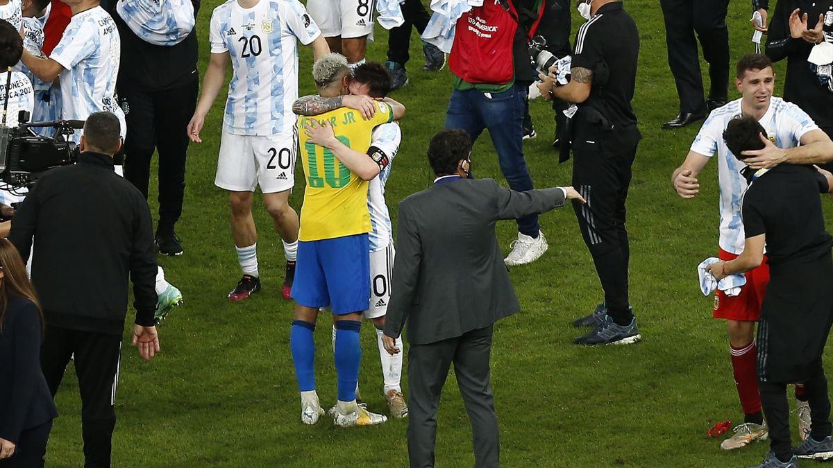 Lionel Messi et Neymar après la finale de la Copa America 2021 entre le Brésil et l'Argentine