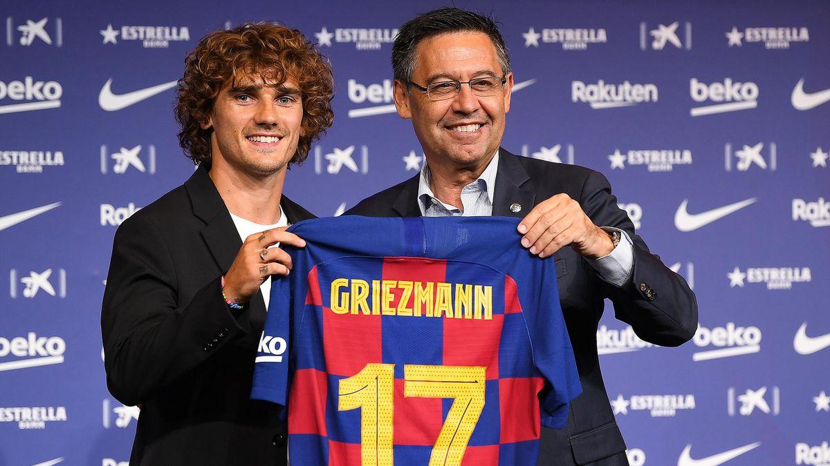 Antoine Griezmann présente son nouveau maillot.
