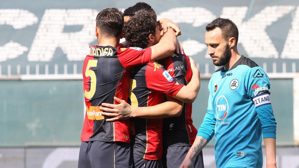 Gianluca Scamacca abbracciato dai compagni dopo il tap-in in Genoa-Spezia, LaPresse