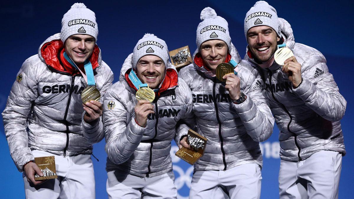 Die Olympiasieger Vinzenz Geiger, Fabian Riessle, Eric Frenzel und Johannes Rydzek mit ihren Goldmedaillen 2018