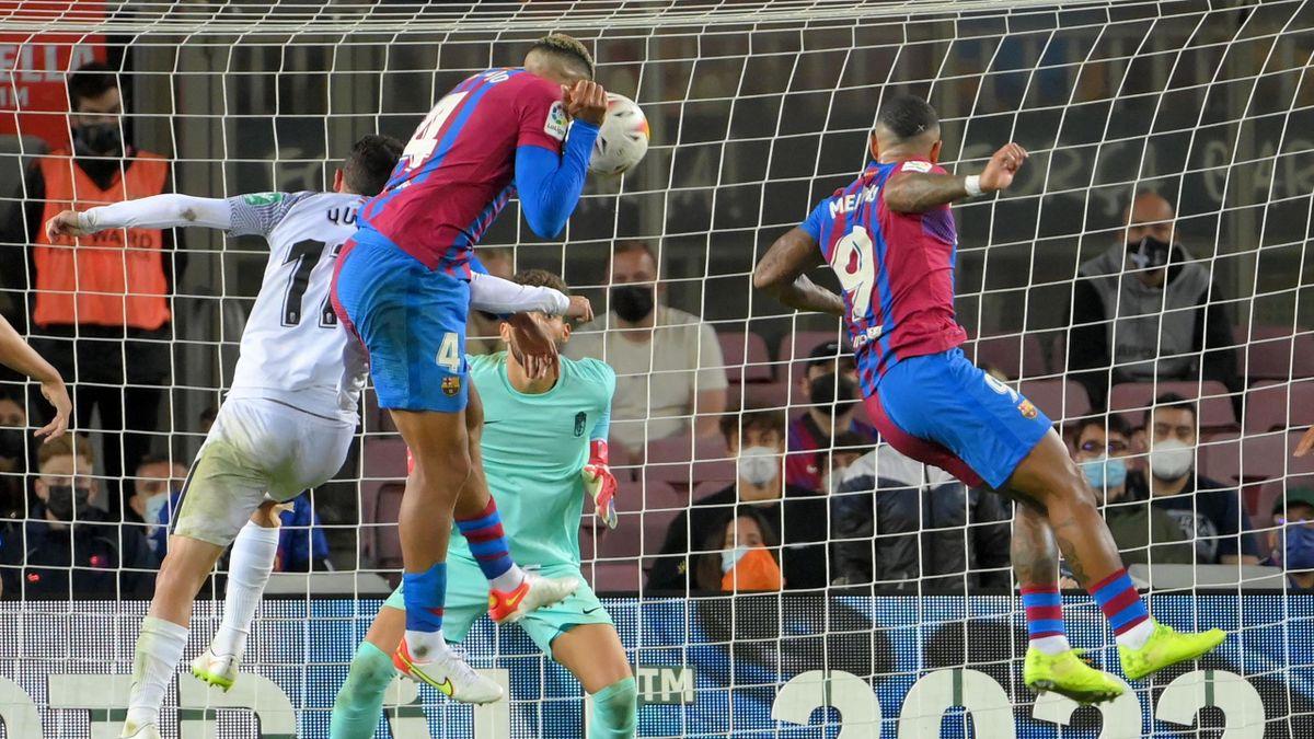 Ronald Araujo (L) heads the ball to score