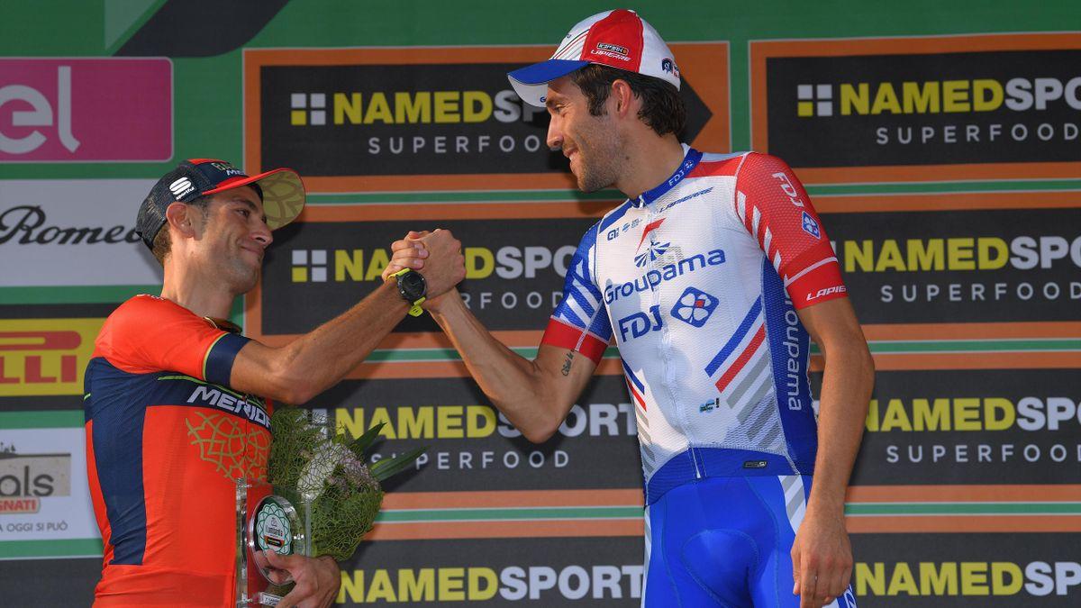 La poignée de main entre Thibaut Pinot et Vincenzo Nibali sur le podium du Tour de Lombardie