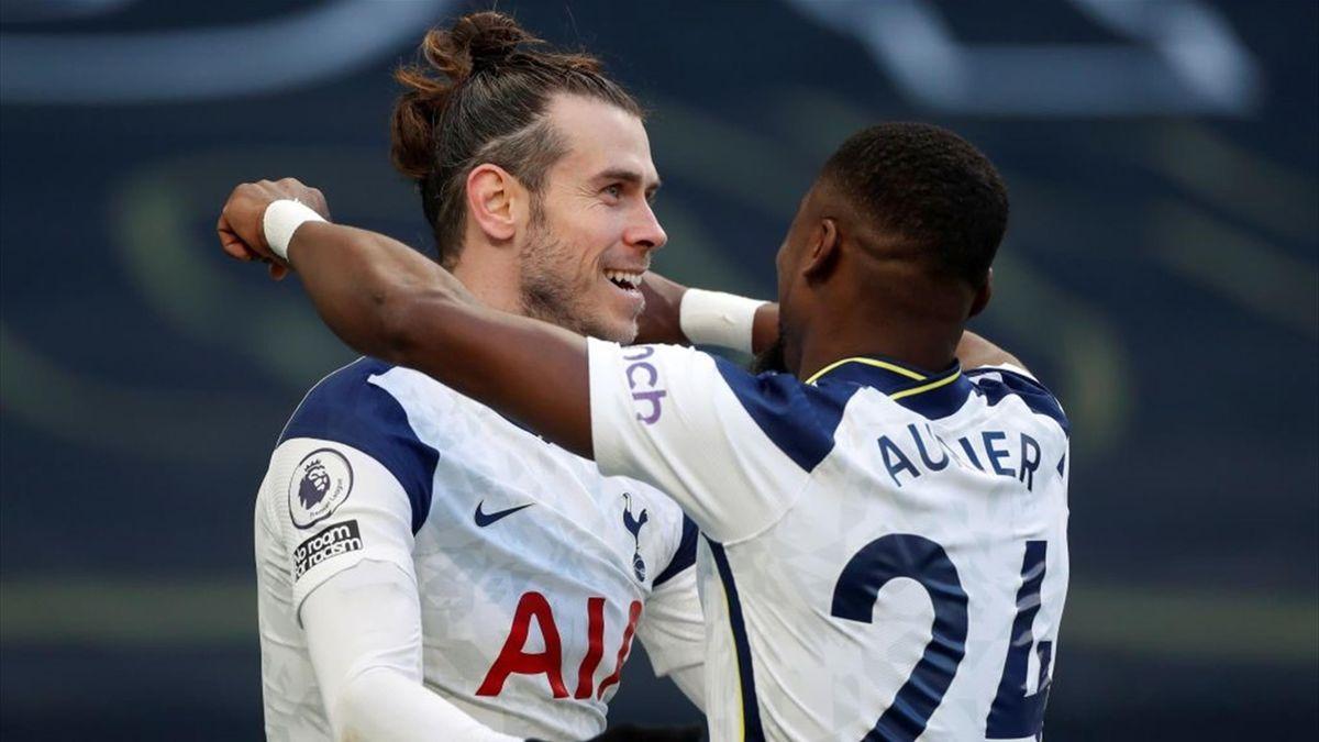 Tottenham Hotspur's Welsh striker Gareth Bale (L
