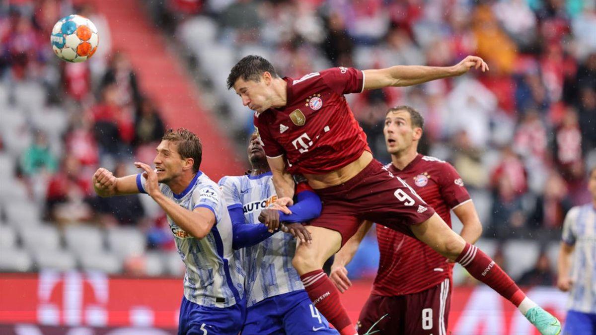 Robert Lewandowski köpft im Spiel gegen Hertha BSC aufs Tor