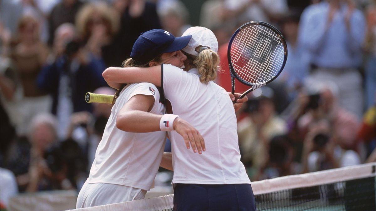 Een stevige knuffel van de 18-jarige Clijsters voor de kampioene