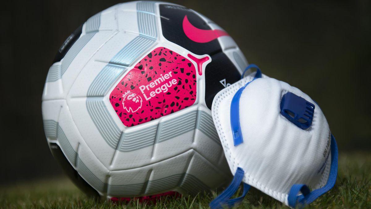 Le ballon de la Premier League avec un masque