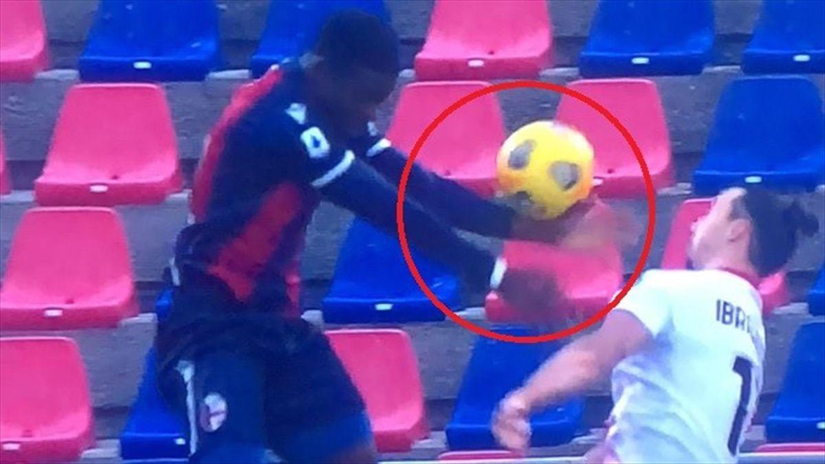 Il tocco di braccio su Soumaoro che vale il secondo rigore per il Milan a Bologna
