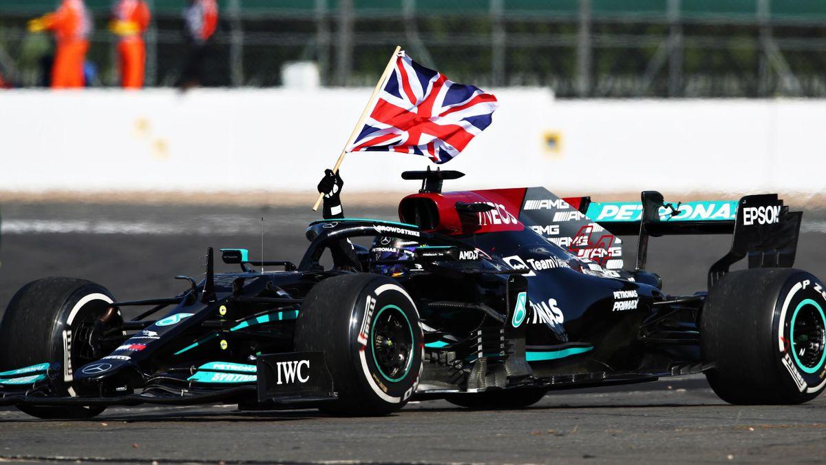 Lewis Hamilton jubelt nach seinem Sieg in Silverstone mit der Flagge Großbritanniens