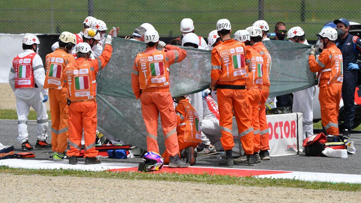 Las asistencias médicas atienden sobre el circuito de Mugello a Jason Dupasquier (KTM)