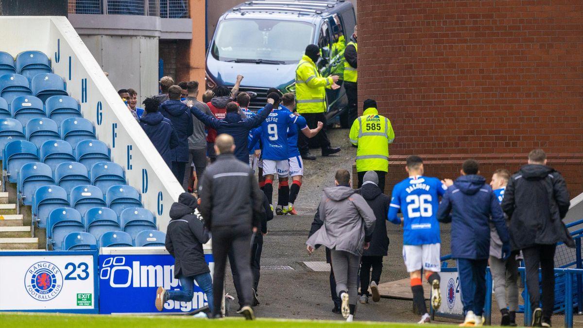 Rangers - St. Mirren 3-0. Ianis Hagi și colegii săi au sărbătorit victoria alături de fani