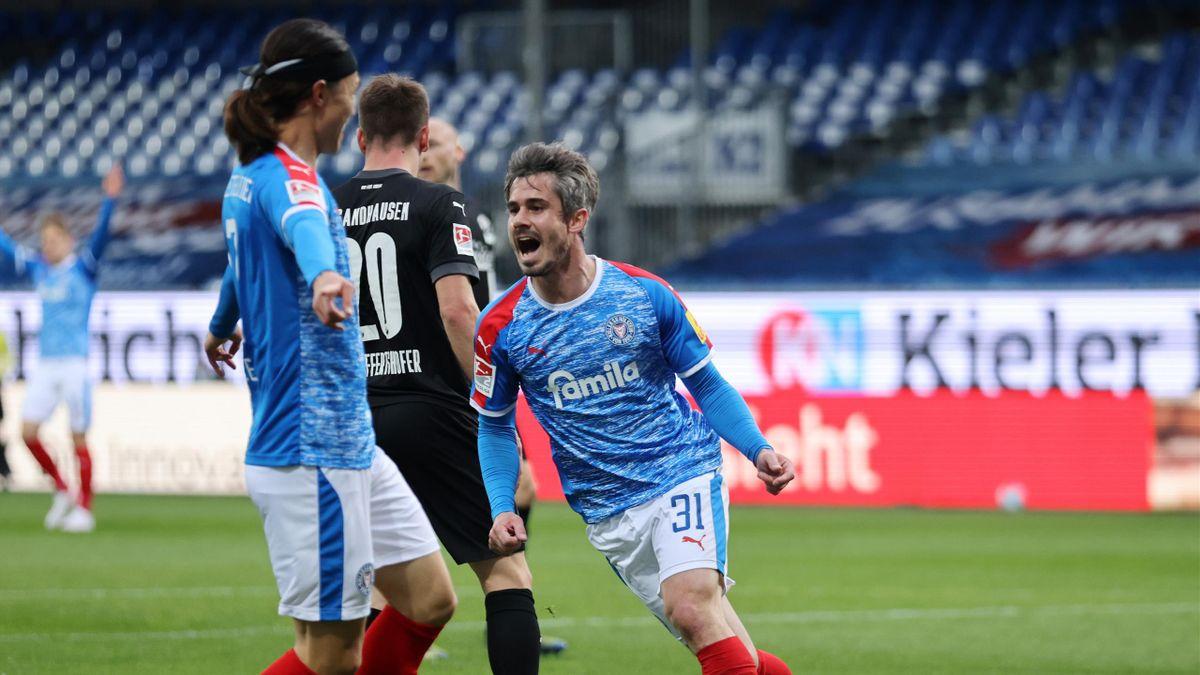 Fin Bartels (Holstein Kiel) bejubelt seinen Treffer gegen den SV Sandhausen