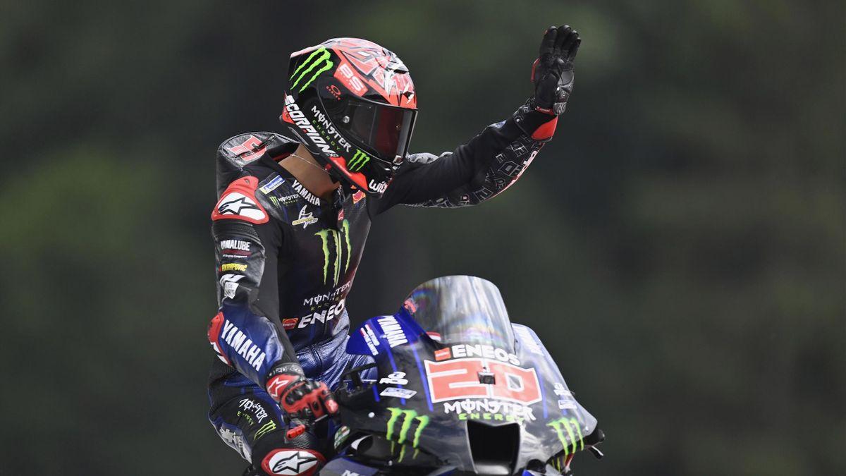 Fabio Quartararo saluta il pubblico sulle tribune: il francese della Yamaha è sempre più leader del mondiale