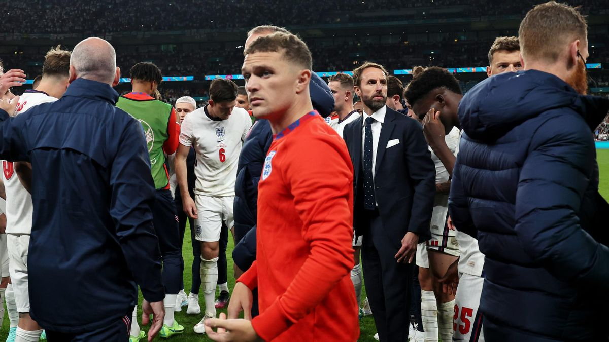 Gareth Southgate, Head Coach of England (C) prepares to give his players a team talk during the UEFA Euro 2020 Championship Final between Italy and England