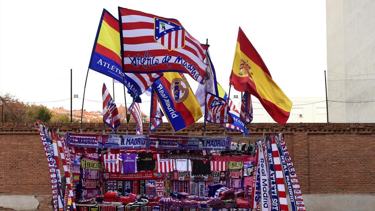 Des drapeaux du Real et de l'Atlético Madrid.