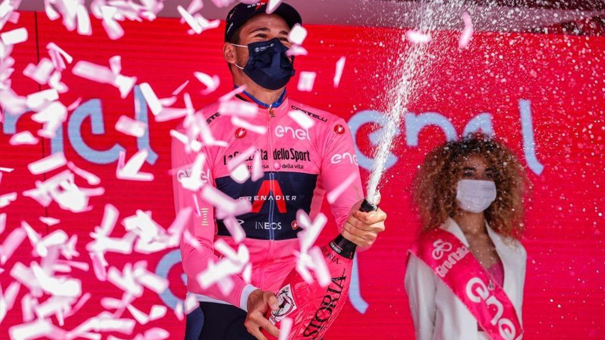 Filippo Ganna sul podio con la maglia rosa - Prima tappa del Giro d'Italia 2021 - Getty Images