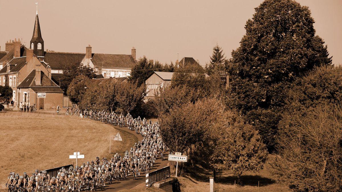 Le peloton sur la route de Paris-Tours, en 2008.