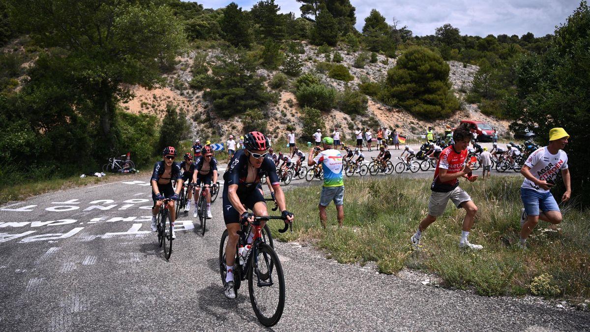 Geraint Thomas führt das Peloton am Mont Ventoux an.
