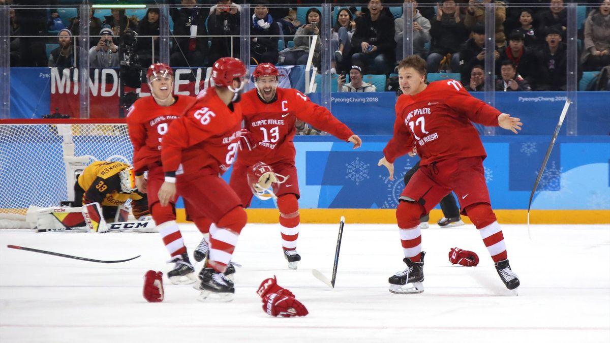 Kirill Kaprizov et l'équipe de Russie célèbrent leur titre en hockeu sru glace lors des JO de Pyeongchang