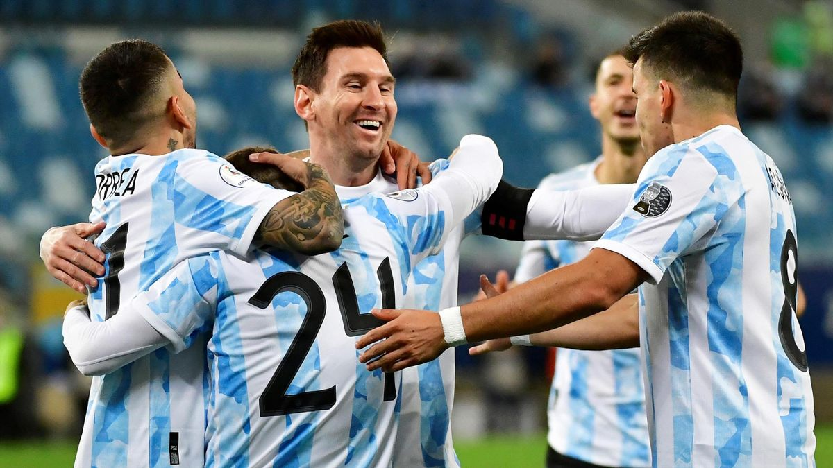 Messi (m.) und Co. feiern Argentiniens Sieg gegen Bolivien.
