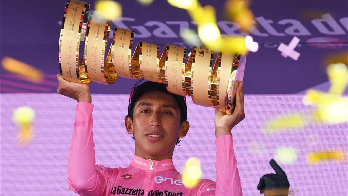 Bernal sul podio di Milano con il Trofeo Senza Fine - Giro d'Italia 2021