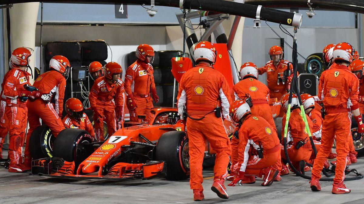 La Ferrari di Kimi Raikkonen durante un pit-stop nel GP del Bahrain 2018