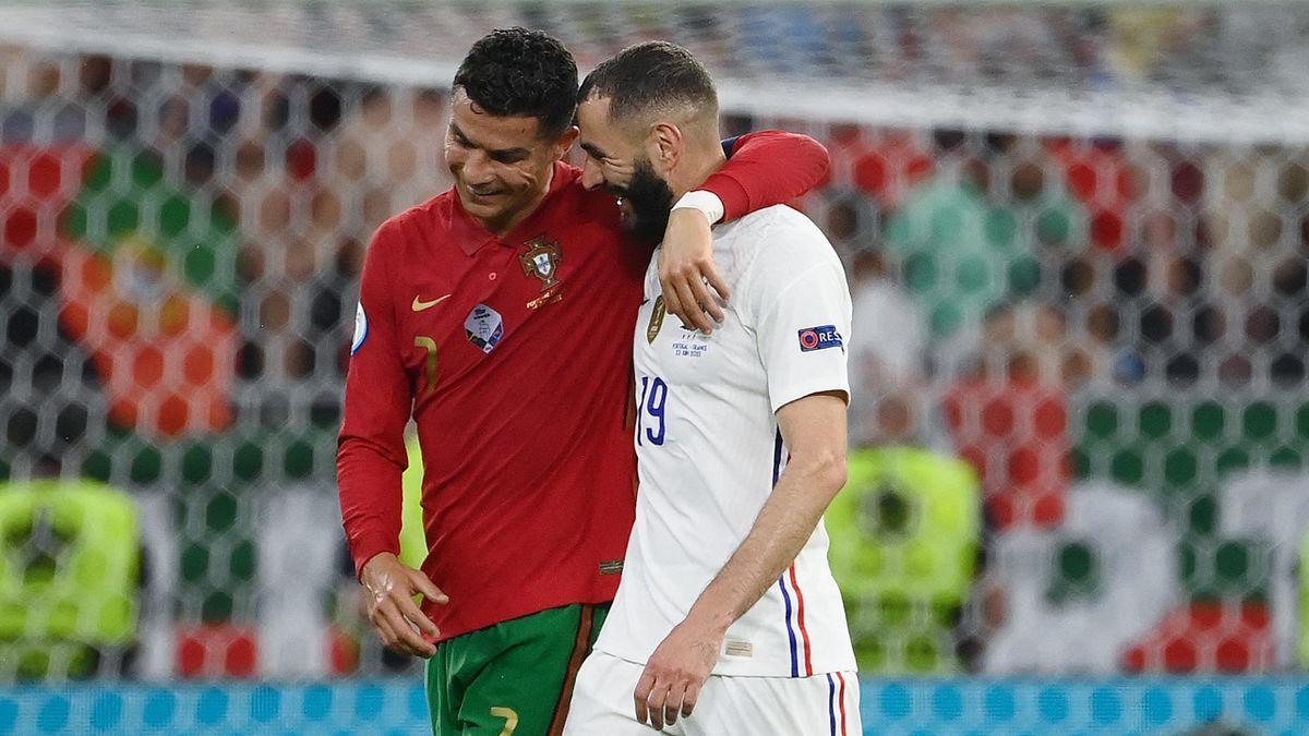 Karim Benzema e Cristiano Ronaldo si salutano a fine primo tempo della partita Francia-Portogallo - Europei 2021
