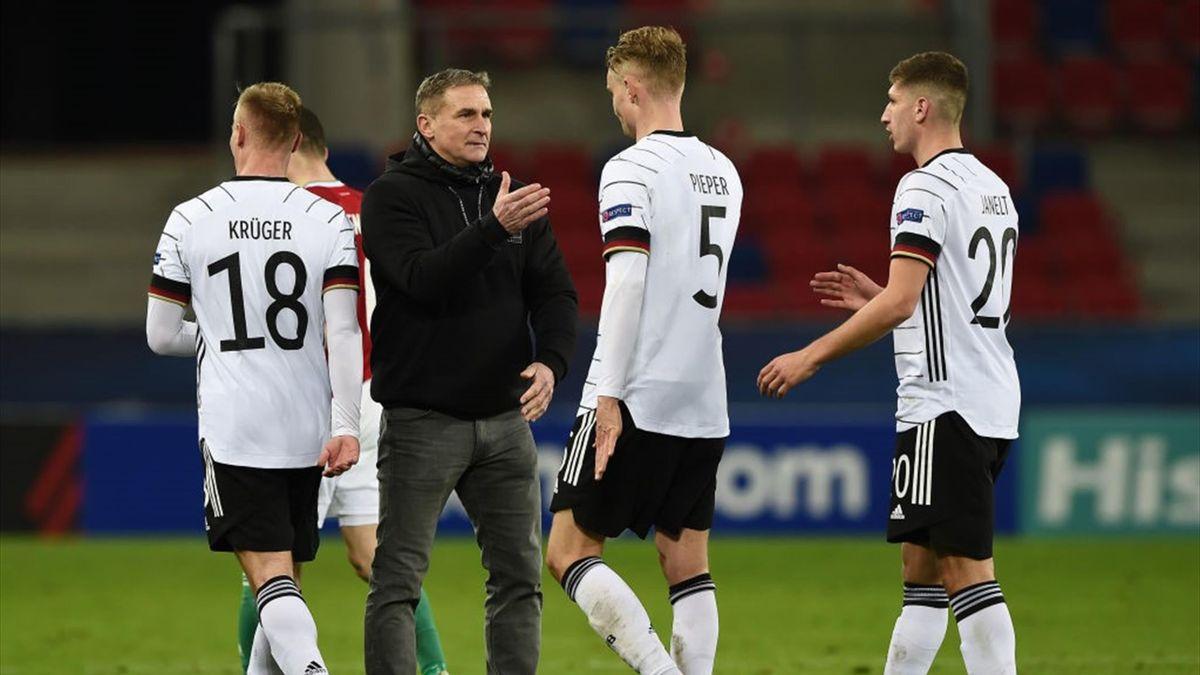 U21-Trainer Stefan Kuntz klatscht mit seinen Spielern ab