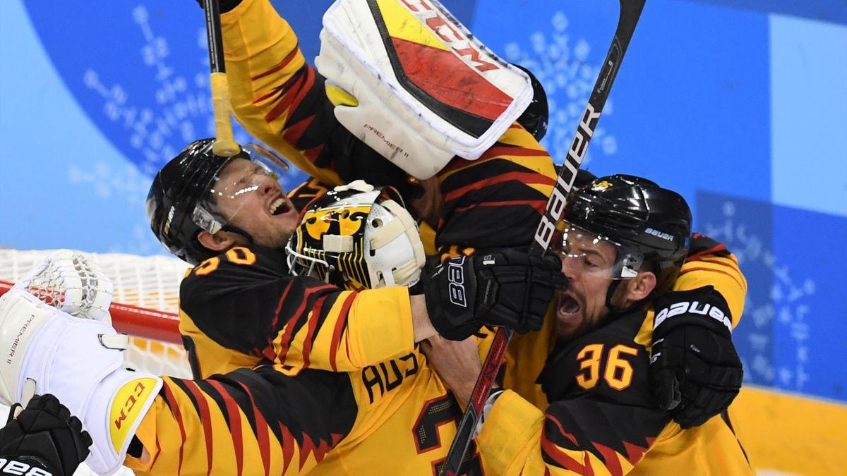 Eishockey bei Olympia 2018: Deutschland feiert nach dem Sieg über Kanada