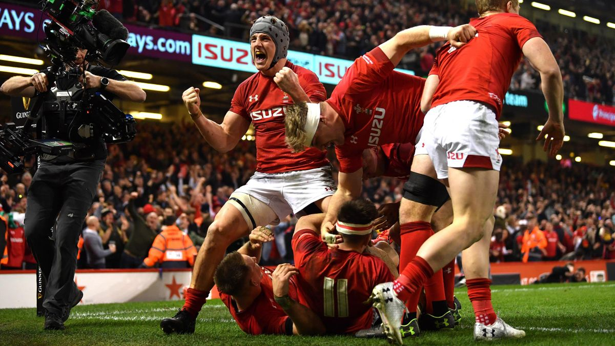 Jonathan Davies (L) celebrates as Josh Adams of Wales scores their second try