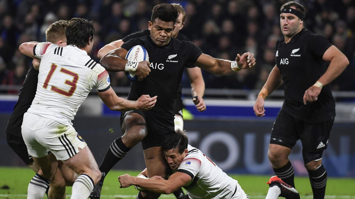 New Zealand's left wing Seta Tamanivalu (C) is tackled by France's fly half Francois Trinh-Duc (R) and France's centre Henry Chavancy (L) during the international rugby union test match between France and the New Zealand All Blacks at Groupama Stadium in