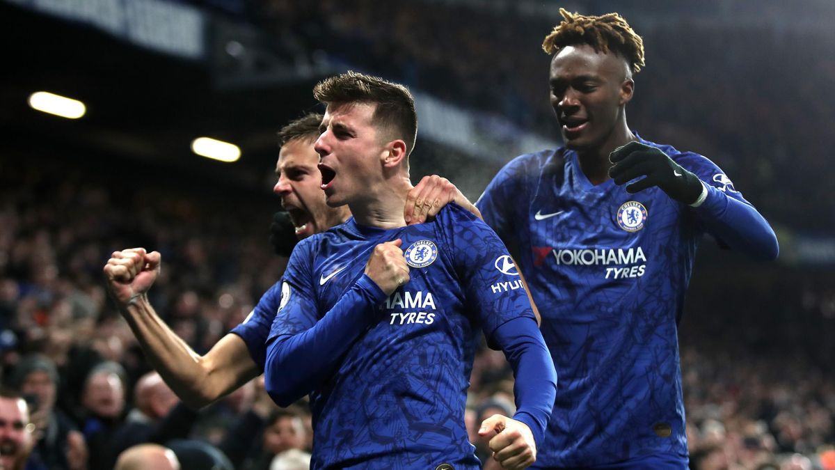 Mount esulta con Abraham e Azpilicueta dopo il gol del 2-1 all'Aston Villa
