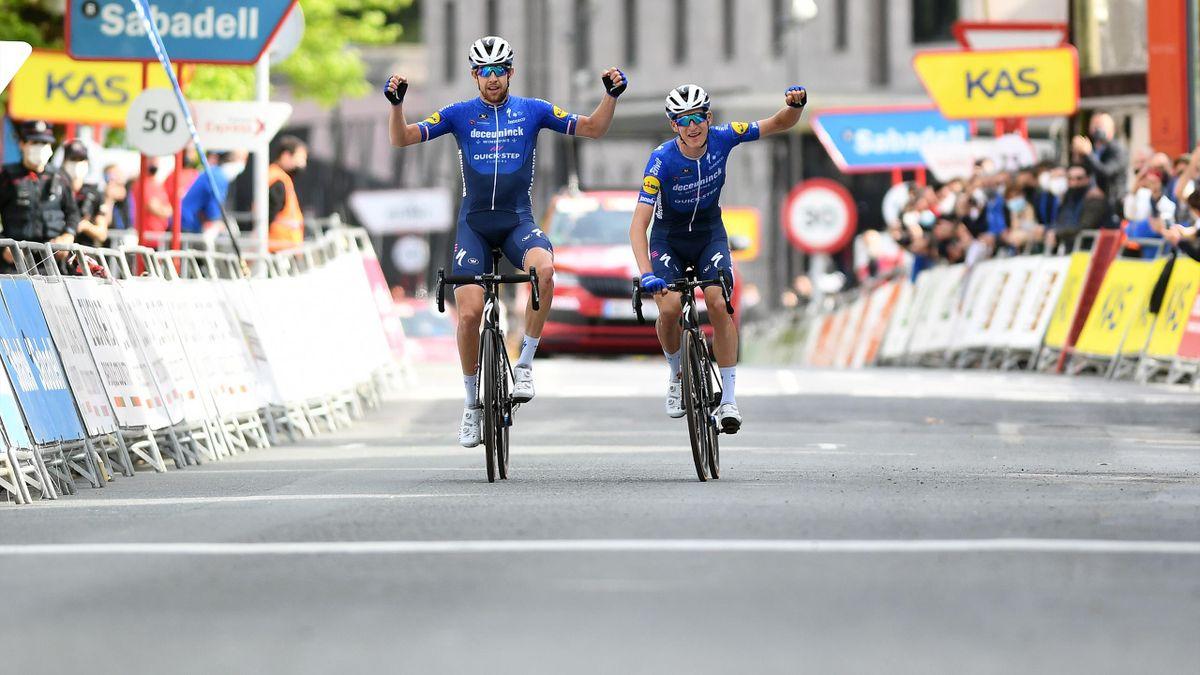 Großer Moment: Deceuninck-Duo rollt gemeinsam über die Ziellinie