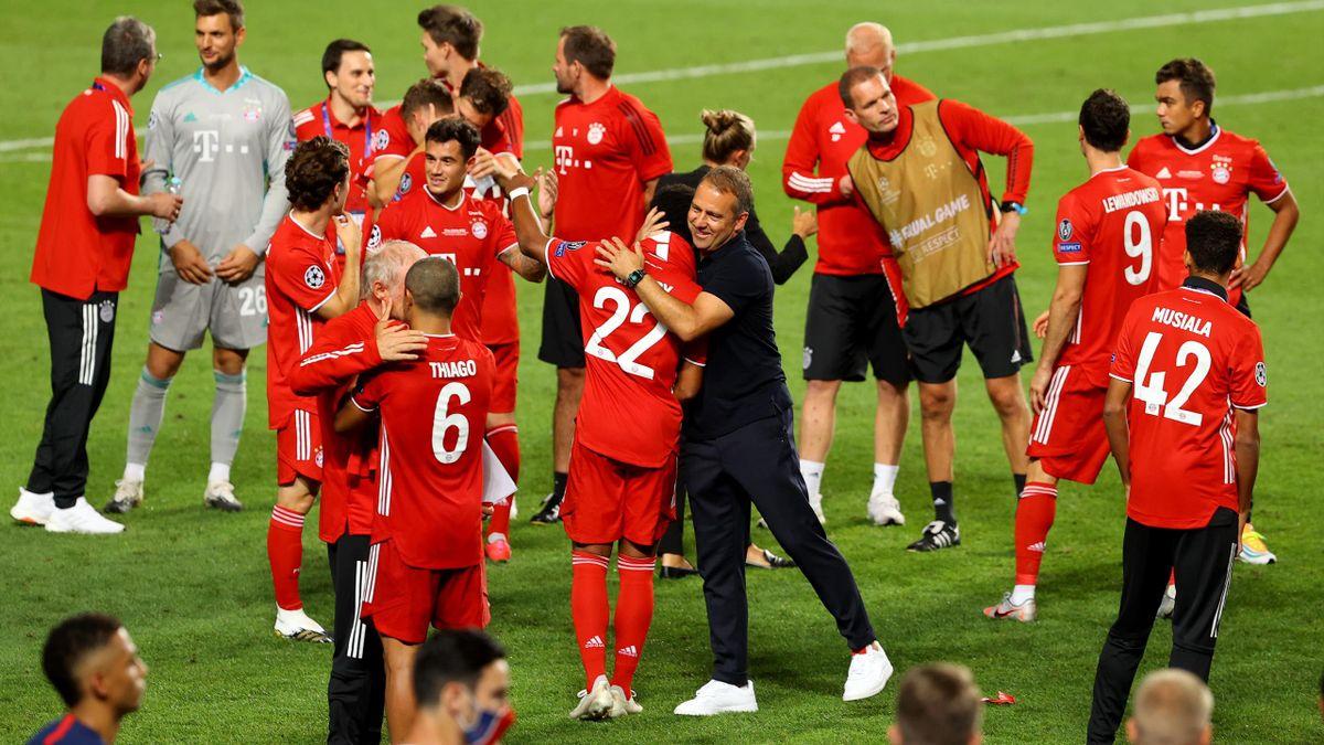 Trainer des FC Bayern München: Hansi Flick (mitte)