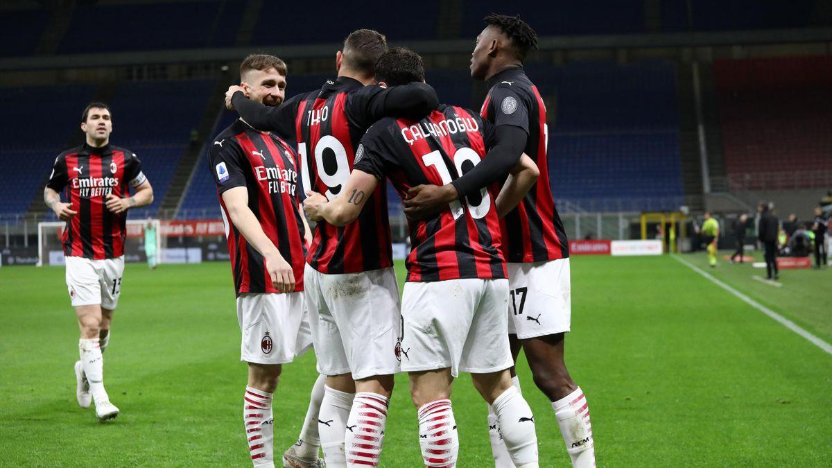 L'esultanza collettiva del Milan dopo il gol di Hakan Calhanoglu