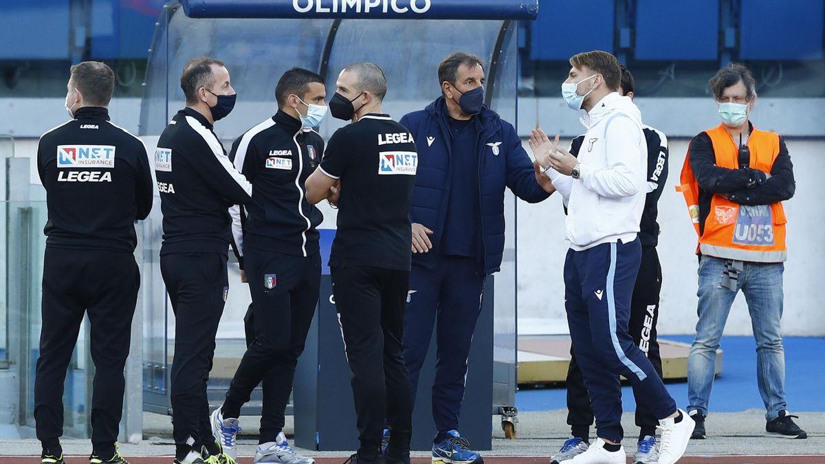 Ciro Immobile insieme al gruppo degli arbitri, Lazio-Torino, Getty Images