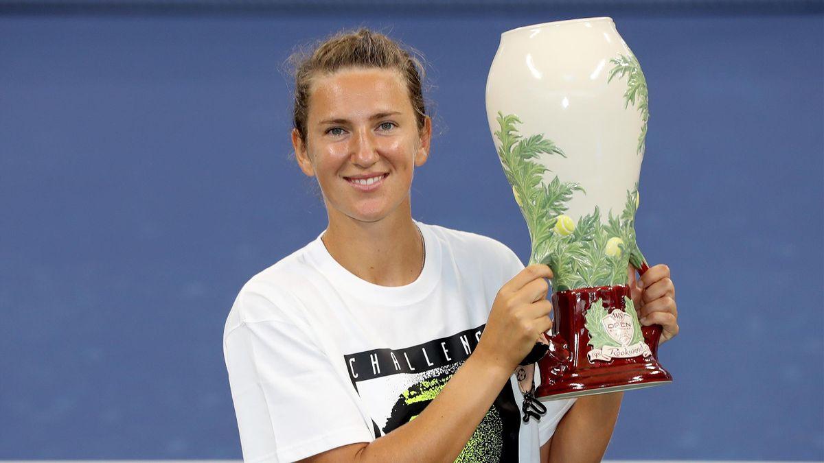 Виктория Азаренко (Беларусь) с трофеем за победу на турнире Western & Southern Open в Цинциннати (Нью-Йорке)