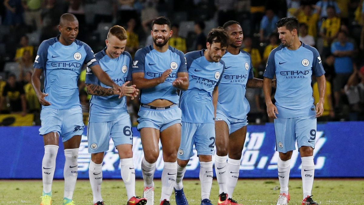 Manchester City's Sergio Aguero (C) celebrates with team mates at the end of the match after winning the penalty shootout
