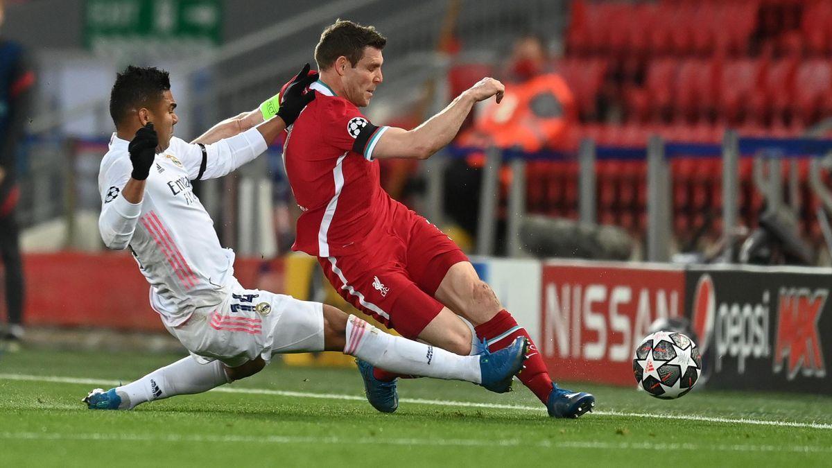 Casemiro (links; Real Madrid) senst James Milner (FC Liverpool) um