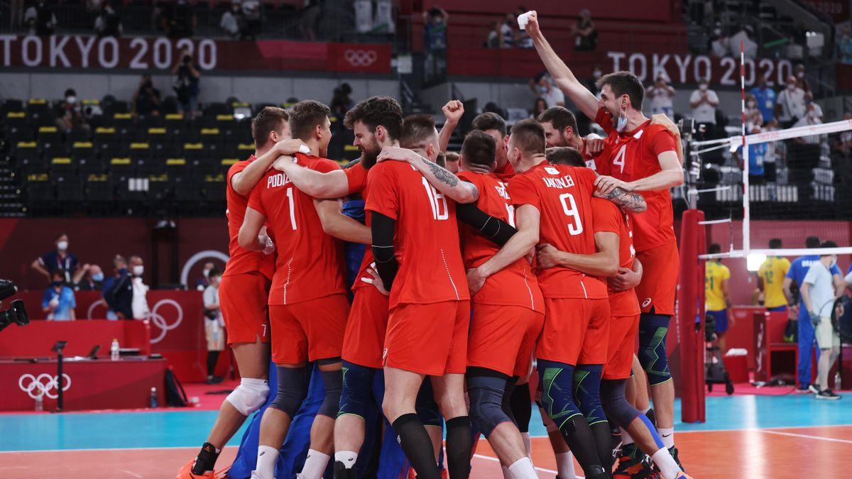Les joueurs du Comité Olympique Russe fêtent leur qualification en finale après leur succès contre le Brésil en demi-finale lors des Jeux de Tokyo 2020