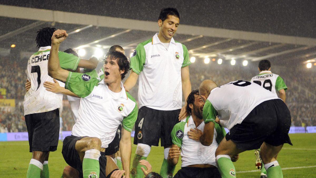 Los jugadores del Racing de Santander celebran su victoria frente al Manchester City.