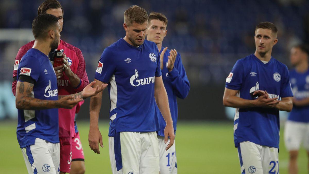 Die Schalker um Simon Terodde (M.) hadern nach der Niederlage gegen den HSV