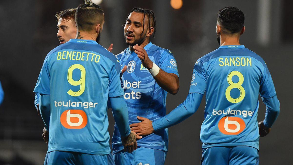 Dimitri Payet félicite Dario Benedetto après son ouverture du score sur la pelouse de Nîmes
