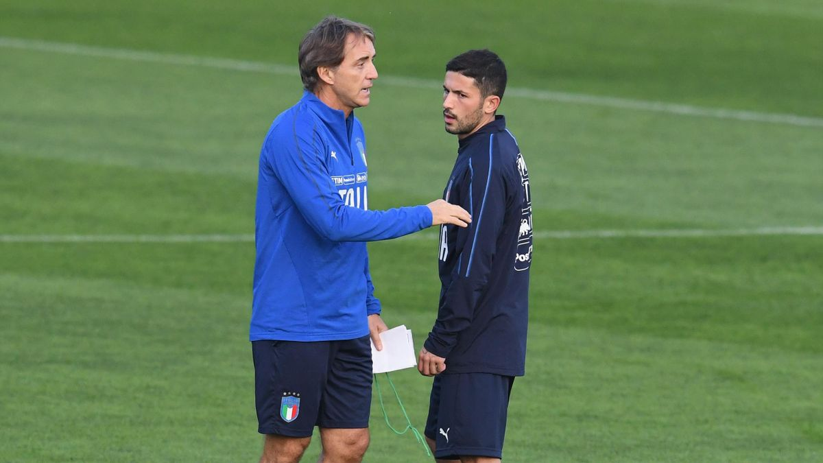 Roberto Mancini a colloquio con Stefano Sensi: uno dei grandi dubbi del ct azzurro
