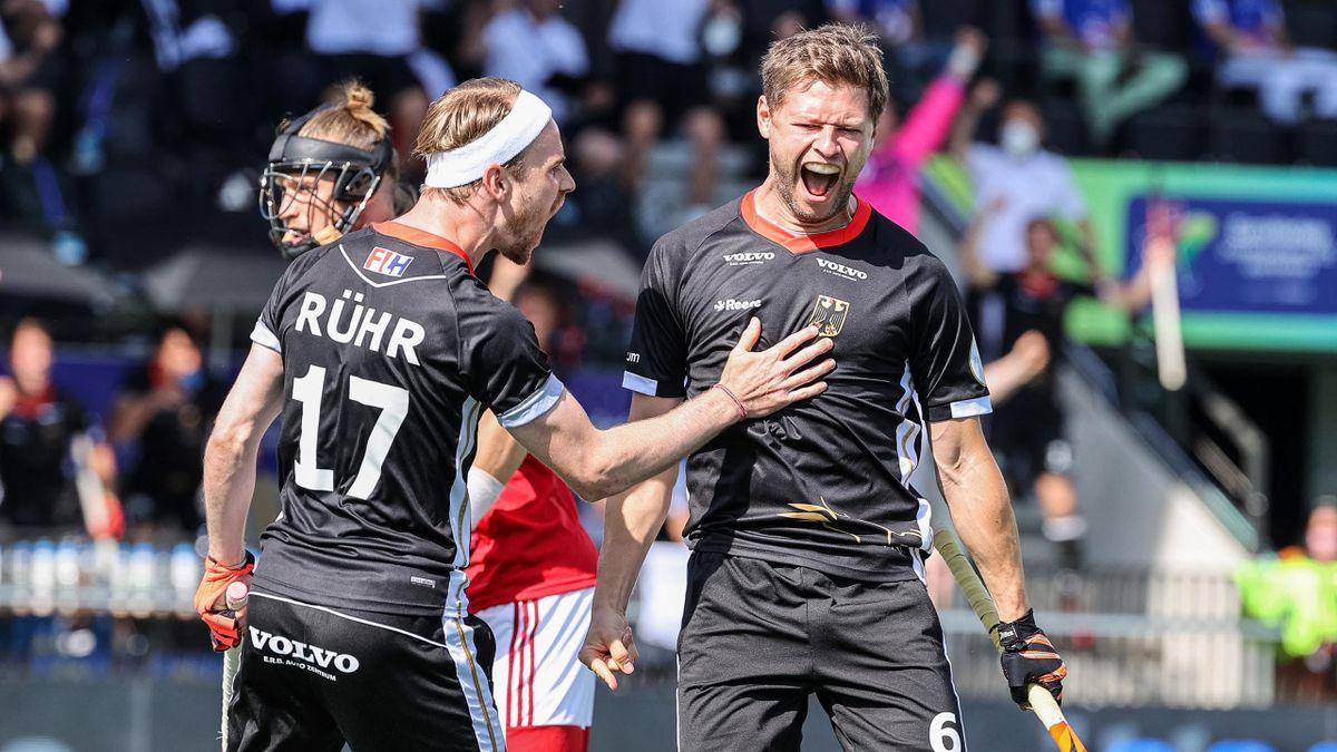 Martin Häner (r.) jubelt über seinen Treffer zum 1:0 gegen England