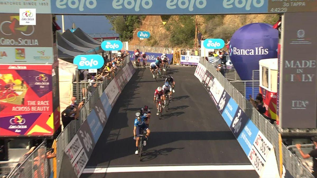 Ronde van Sicilië | Winnaar Valverde smakt kort na de finish lelijk tegen de grond