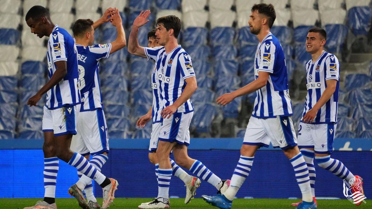 Jugadores de la Real celebran el gol de Elustondo