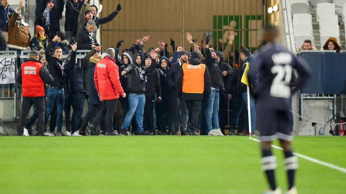 Ligue 1 : Bordeaux-Nîmes interrompu après l'entrée de supporters sur la pelouse