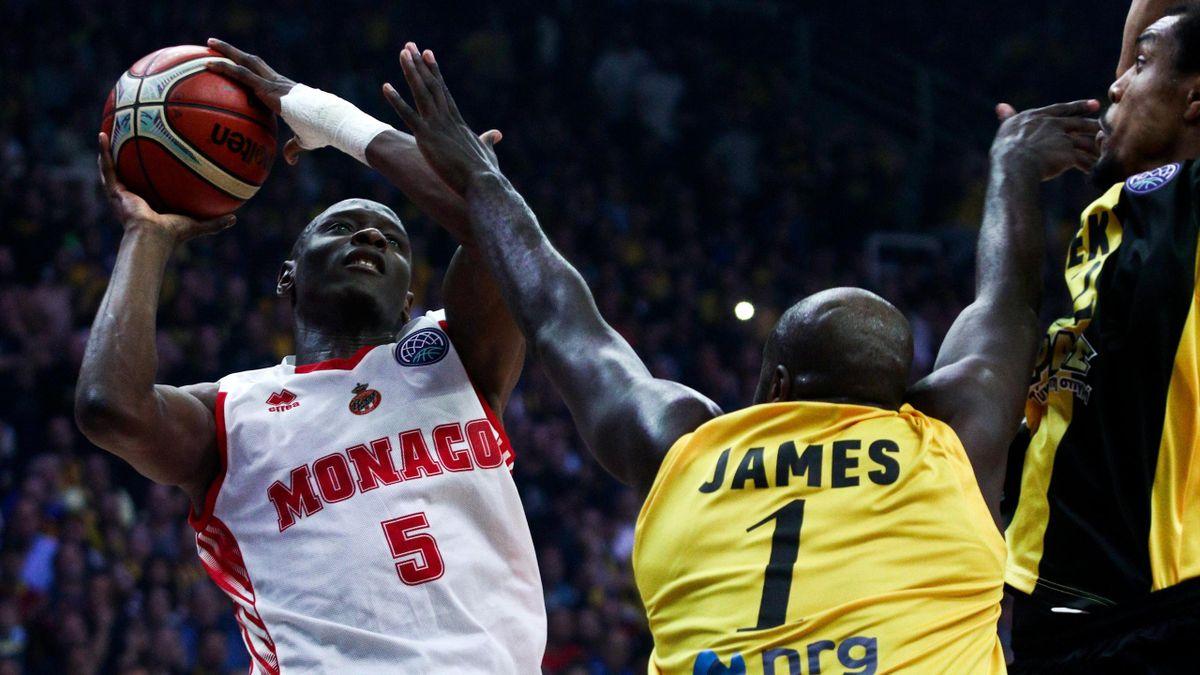 Amara Sy (Monaco) gêné par Delroy James (AEK Athènes) en finale de la Ligue des champions