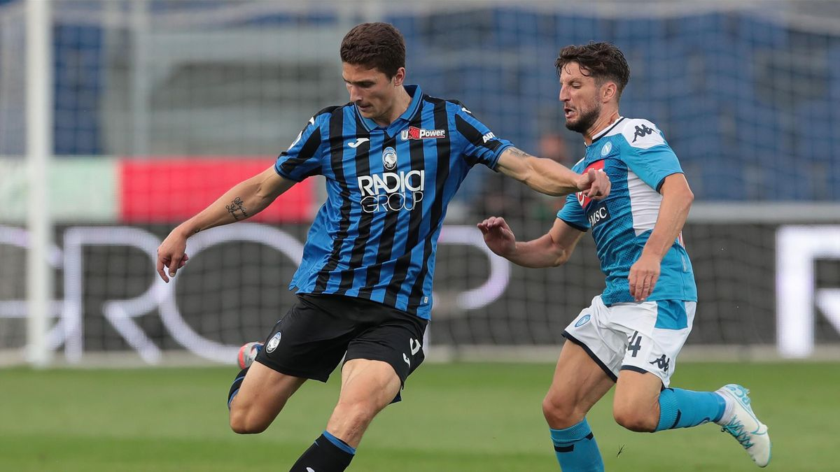 Mattia Caldara în duel cu Dries Mertens, în Atalanta - Napoli 2-0